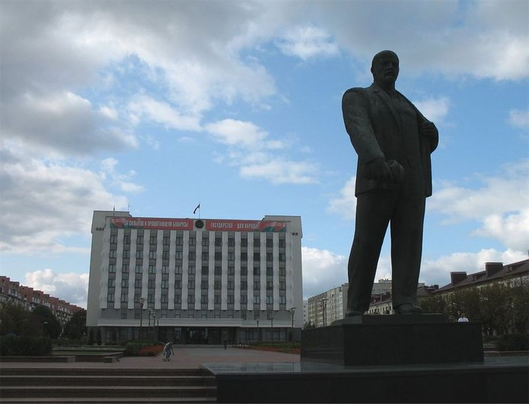 800px-Bobruisk_cityhall_and_Lenin_BY