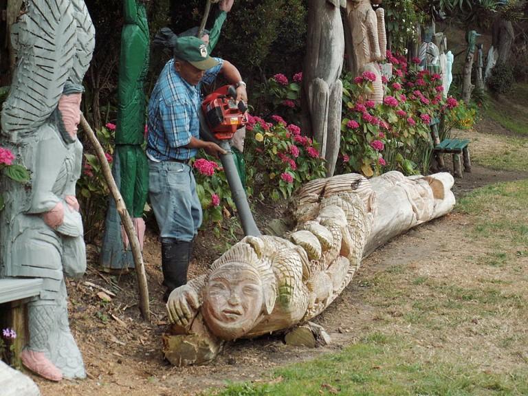 Demetrio Braceros carving