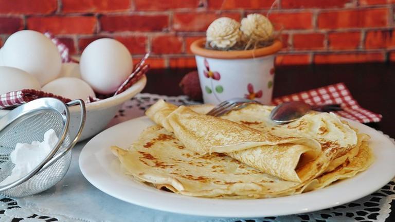 Enjoy a veggie crepe at La Casa del Té