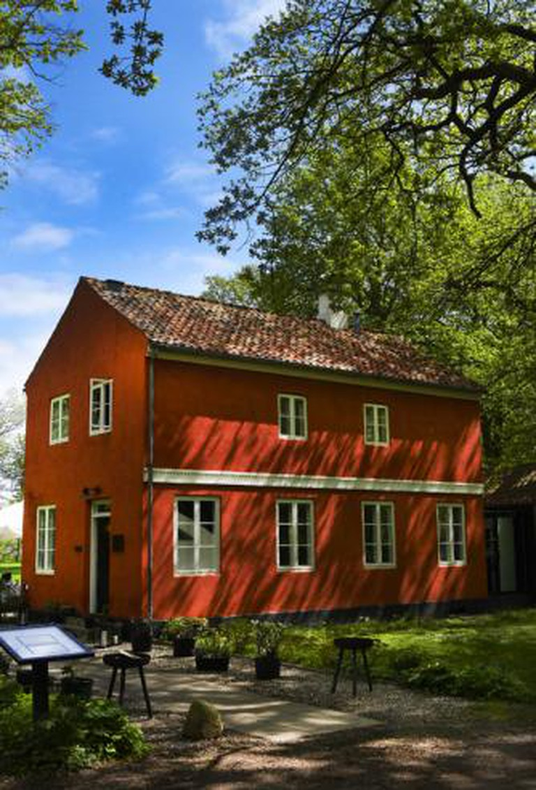 Den Røde Cottage 'The Red Cottage' placed close to the woods and the sea