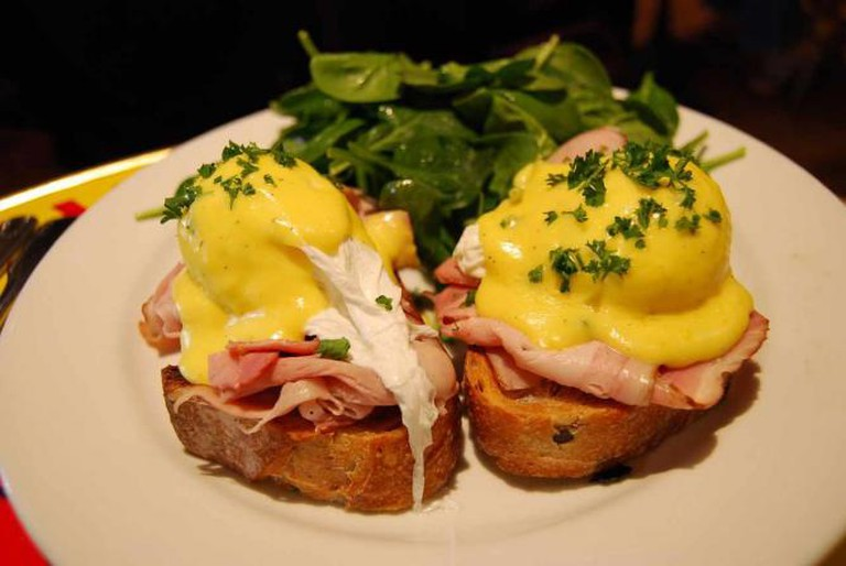Eggs benedict on olive bread