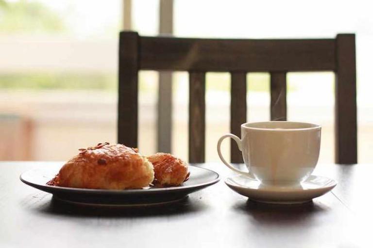 Croissant aux amandes et café