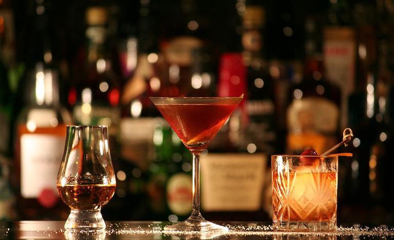 Rum in einem Nosing-Glas (links), Manhattan (Mitte) und Old Fashioned (rechts).