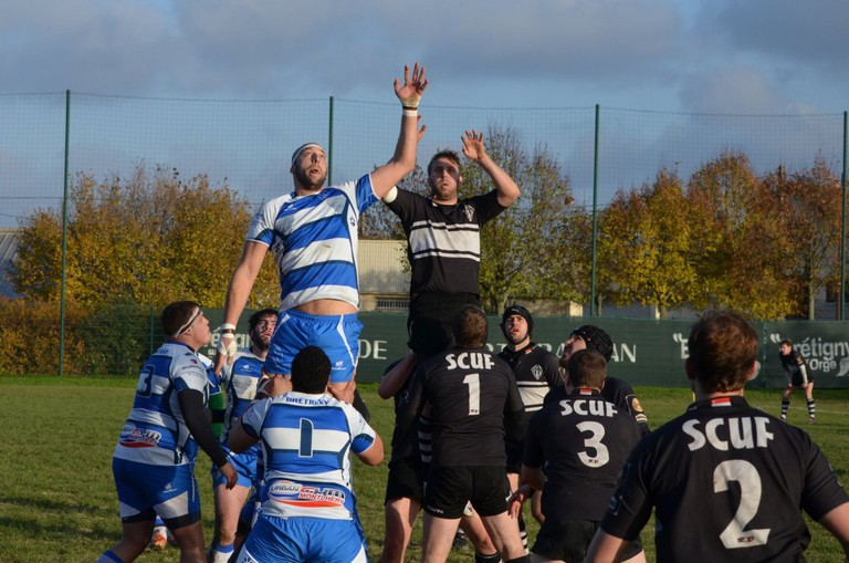 SCUF and Rugby Club Sportif de Brétigny going in for a lineout