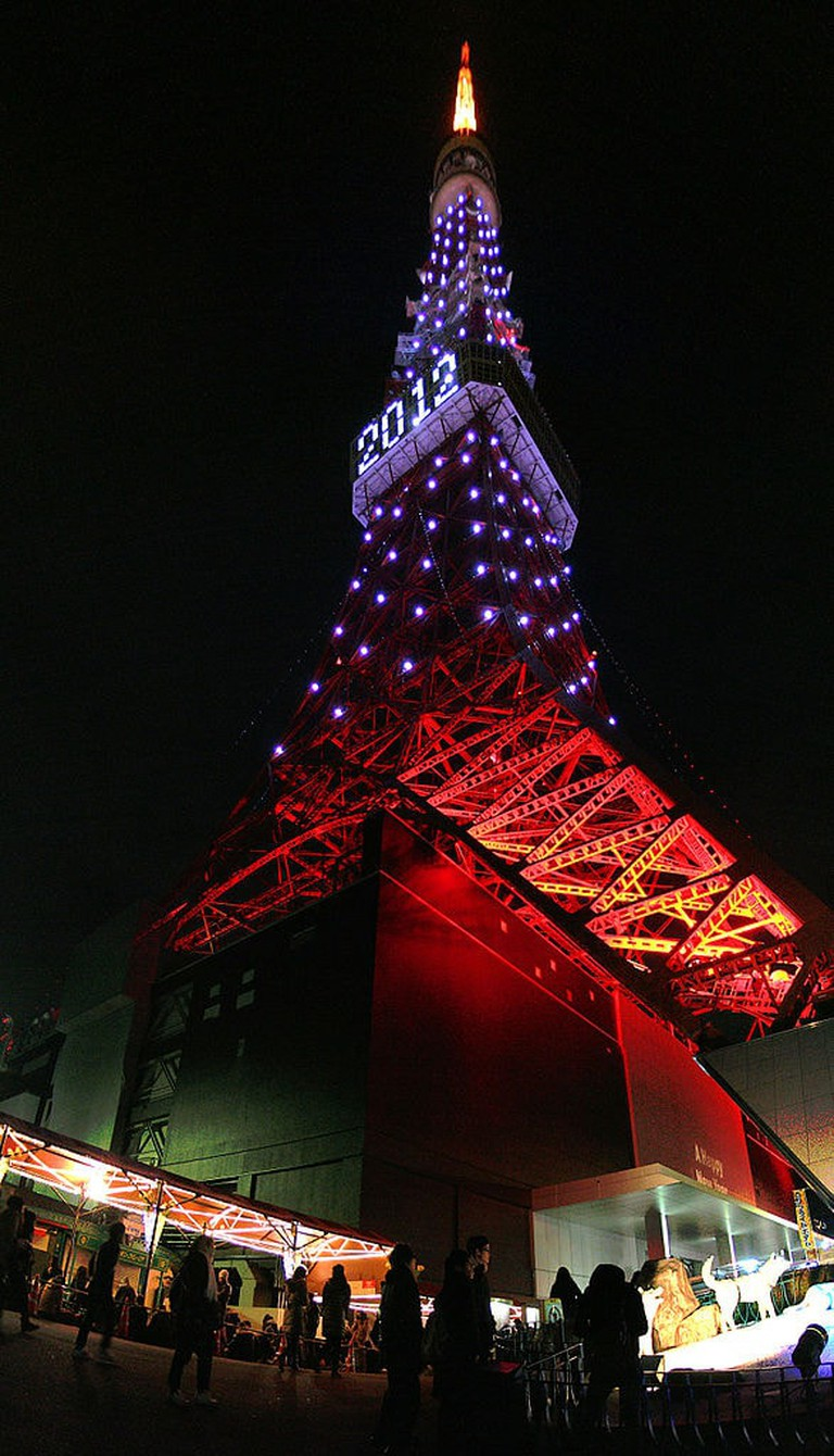 587px-tokyo_tower_in_new_years_eve_2012