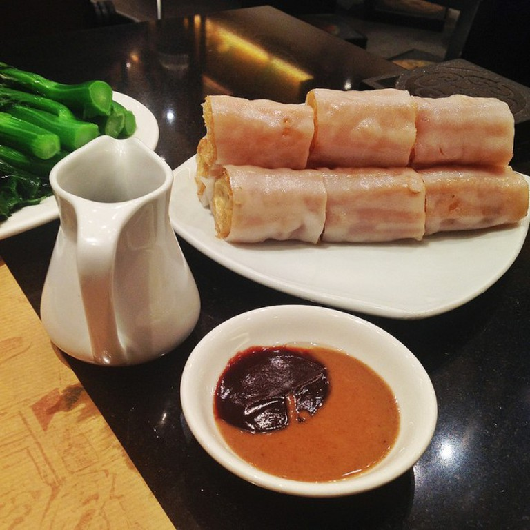 香油條腸粉 (炸兩) Rice noodle rolls filled with twisted cruller