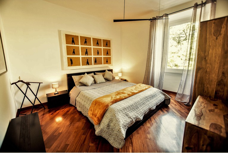 The relaxing sleeping quarters of this Airbnb in Testaccio