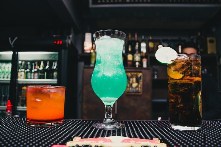 black-table-bar-cocktails