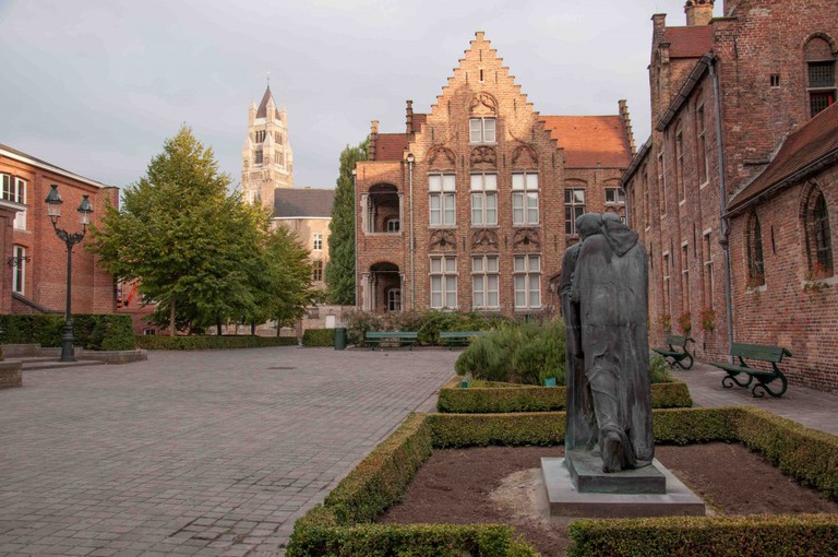 courtyard-sint-janshospitaal--kris-vlecken-wikimedia-commons-1024x680