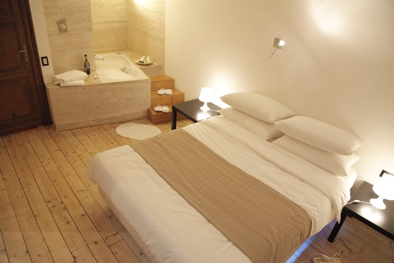 This Airbnb room contains a jucuzzi-bathtub