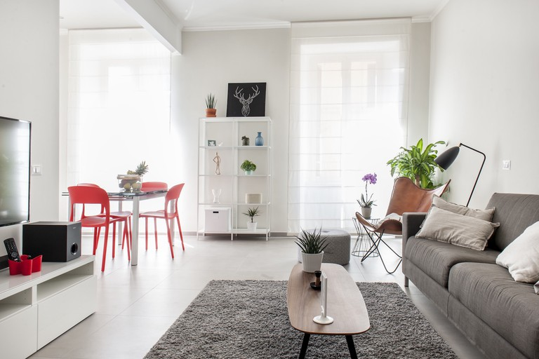 The light and bright living space of this Airbnb