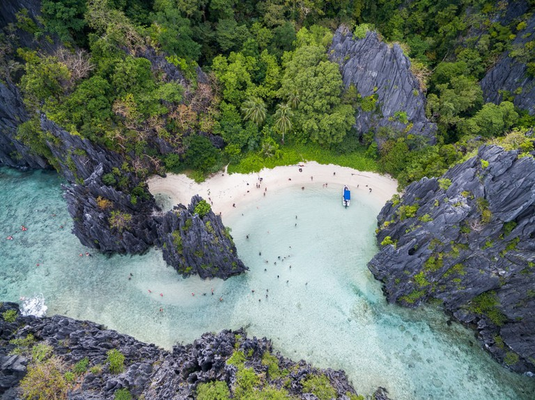 Hidden Beach in Matinloc Island in El Nido, Palawan, Philippines   © photosounds/Shutterstock