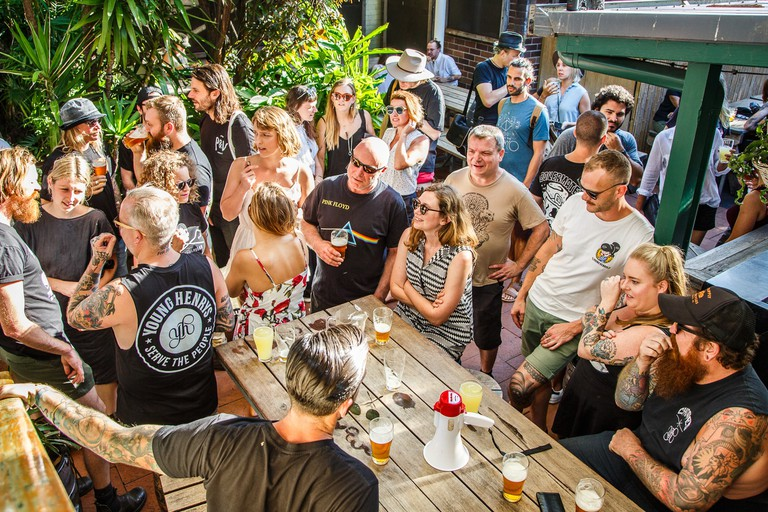 Crowd in the beer garden at the Courthouse Hotel © The Courty