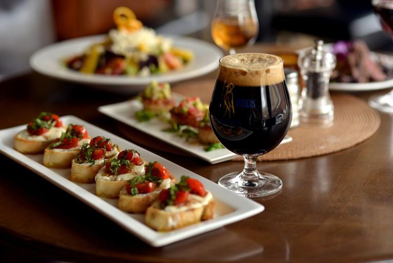 Food and craft beer at Gardina's | © Courtesy of Gardina's Wine Bar & Café