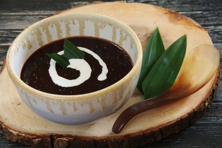 Try the popular black rice pudding dessert. | © Ariyani Tedjo / Shutterstock