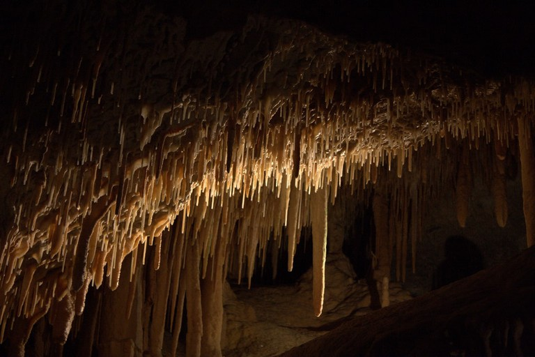 Stalactites in the Jenolan Caves © Neil Saunders / Flickr