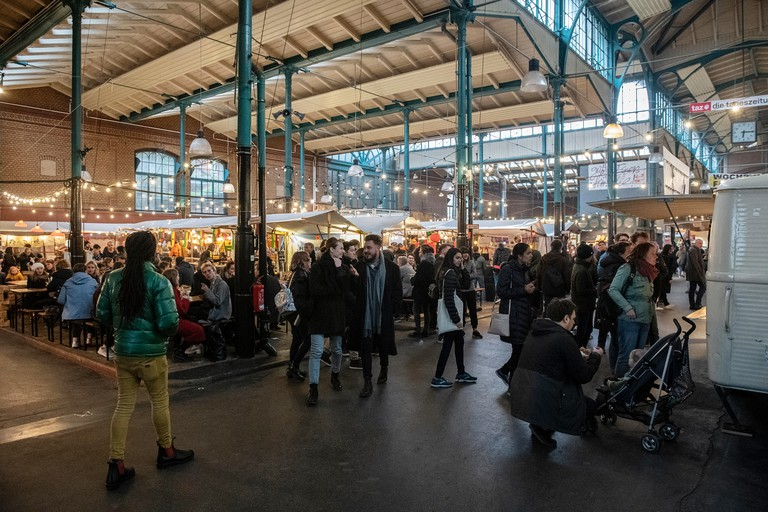 Berlin, Germany. 11th Apr, 2019. Numerous people stroll or sit at the Streetfood-Thursday in the Markthalle Neun in the district Kreuzberg. Credit: Paul Zinken/dpa/Alamy Live News