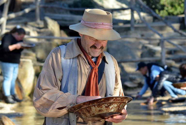 Actor panning for gold at Sovereign Hill © Chris Fithall / Flickr