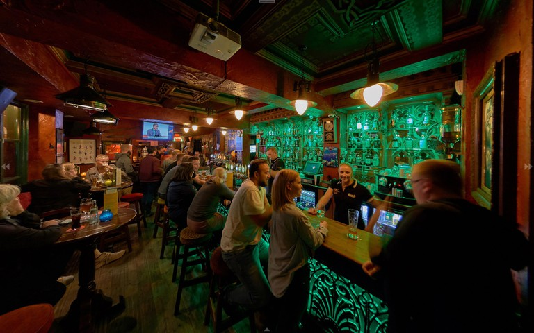 The Globe Irish Pub-Sports-Beer