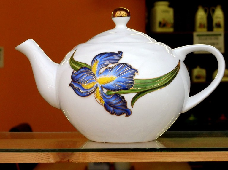 https://pixabay.com/en/tea-teapot-white-color-shelf-487186/