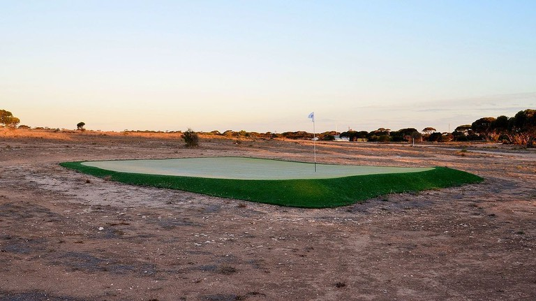 The fourth hole of the Nullarbor Links © Bahnfrend / Wikimedia Commons
