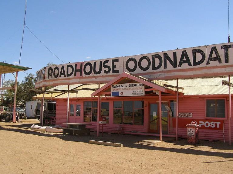 The Pink Roadhouse in Oodnadatta © Kr.afol / Wikimedia Commons