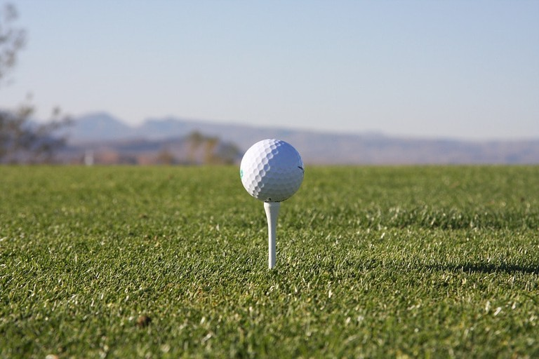 https://pixabay.com/en/golf-tee-golfing-golfer-880532/