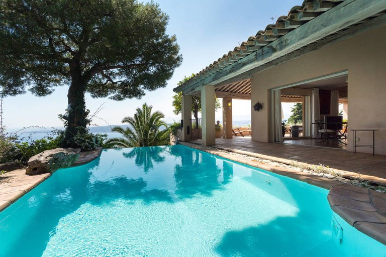 An infinity pool overlooking the Baie des Anges  © Airbnb