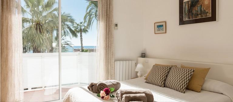 Despertar frente al mar en el centro de Sitges