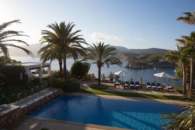 villa-la-brias-ibiza-pool-sun-terrace-fountains-1024x682