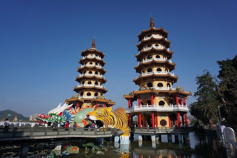kaohsiung_dragon_and_tiger_temple_in_lotus_lake