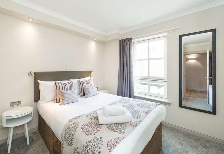 Guest room at Fountain Court Apartments