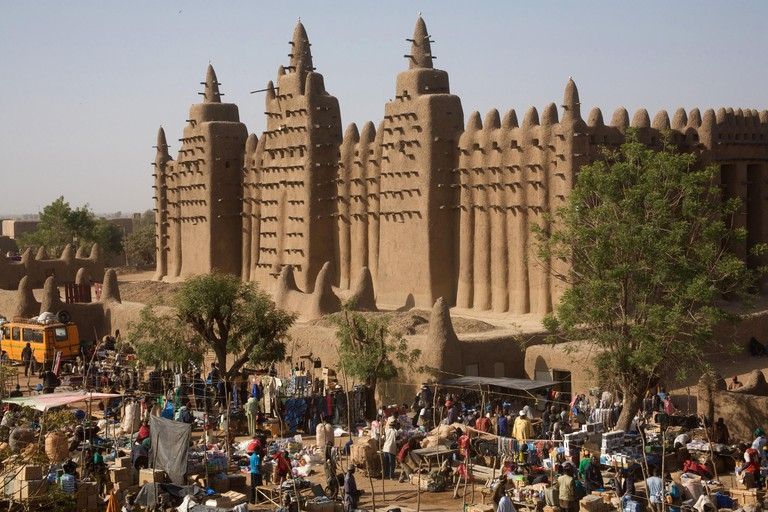 The Monday market infront of the great mud mosque, Djenne, Mali, West Africa