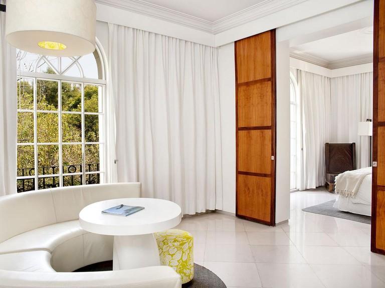 Hay 40 habitaciones, cada una de las cuales es una colaboración entre el arquitecto mexicano Javier Sánchez y la diseñadora francesa India Mahdavi.