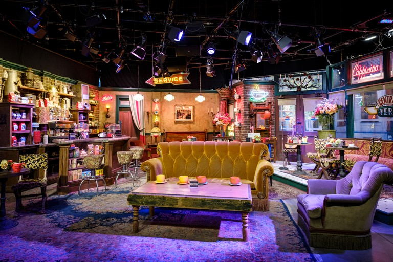 """Central Perk Cafe film set of world famous sitcom """"Friends"""" at Warner Bros. Studio Tour Hollywood in Los Angeles, California, USA"""