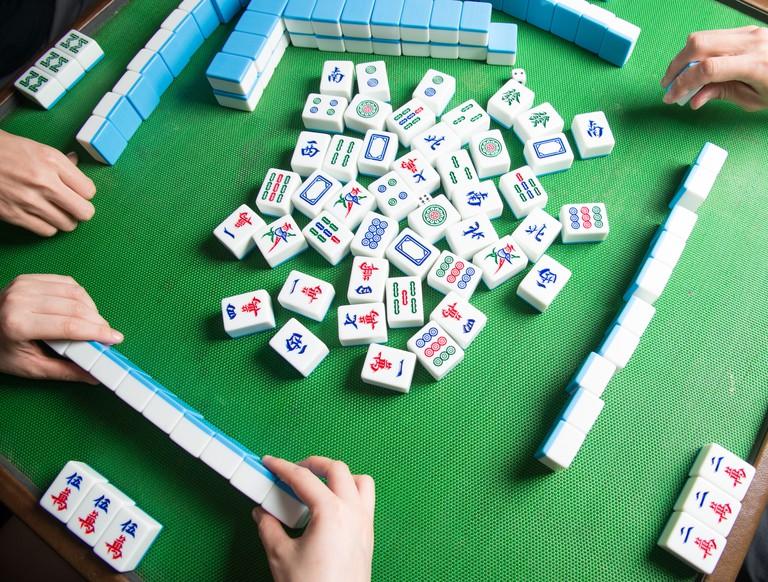 palying mahjong