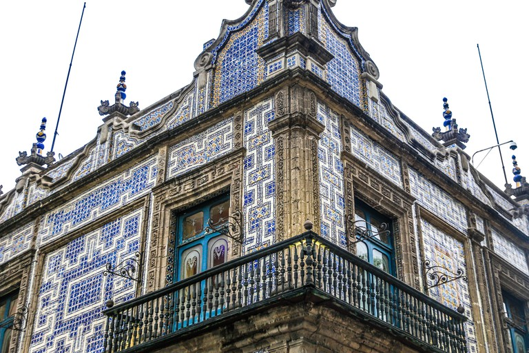 Sambors The Casa de los Azulejos or palace of the Counts of the Orizaba Valley, as it is also known, is a palace located in the historic center of Mexico City, on the pedestrian street of Madero and Calle Cinco de Mayo.(© Photo: LuisGutierrez / NortePho