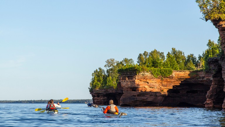 Kayakers exploring the sea caves of Devils Island in the Apostle Islands National Lakeshore, Wisconsin, USA (MR)