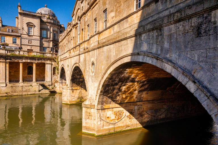 One of Bath's most famous sites, the Pulteney Bridge by Robert Adams, over the River Avon. Bath, Somerset, England, UK.