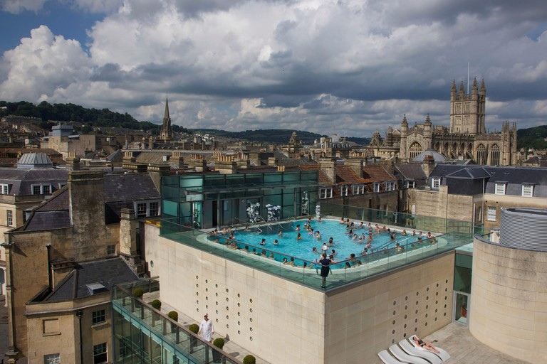 United Kingdom, Somerset county, Bath, pool outdoors on the terrace of the thermae Bath spa, in the middle of the roofs of the city and the bell tower of the abbey Saint-Pierre