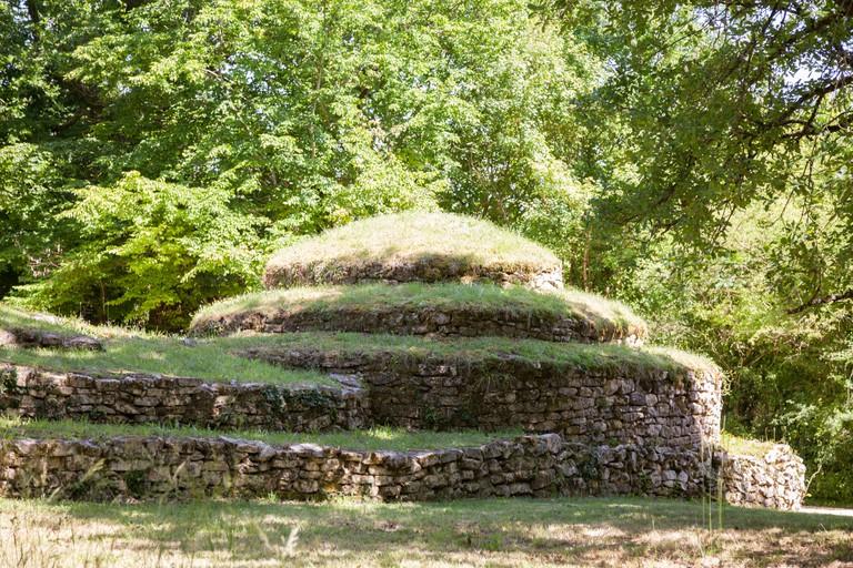 A tumulus in the oldest European necropolis of Bougon (France).Tumulus a Bougon, plus vieille necropole Europeenne (France).
