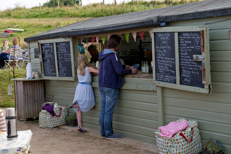 Hidden Hut,Portcurnick Beach,Cornwall, UK,a beachside cafe and restaurant,which hosts'feast nights',here it's curry night.a UK. Image shot 2014. Exact date unknown.