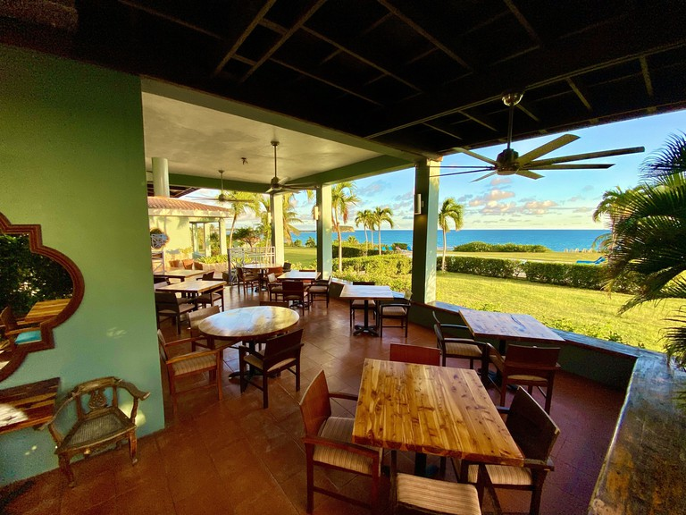 Relaxed eating area at Blue Horizon Boutique Resort with views over lawn and ocean