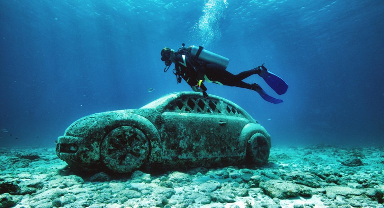 Cancun, Quintana Roo state. 30th Sep, 2016. A tourist dives to visit the Underwater Art Museum (MUSA) in the resort city of Cancun, Quintana Roo state, Mexico on Sept. 30, 2016. MUSA is created in waters of the Mexican Caribbean and believed to be the big