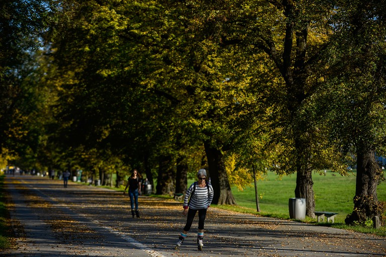 Krakow, Poland. 10th Oct, 2018. A woman seen roller skating between Autumnal trees at Blonia Park. Credit: Omar Marques/SOPA Images/ZUMA Wire/Alamy Live News