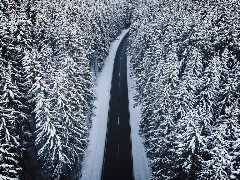 Winter, StraBe durch Wald mit Schnee, Schwabische Alb, Baden-Wurttemberg, Deutschland, Europa