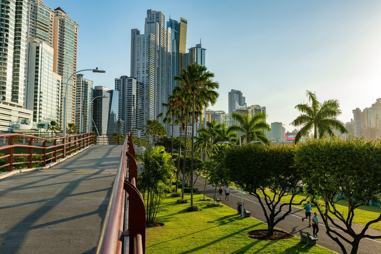 Panama City ocean promenade, Cinta Costera Balboa avenue / sidewalk with skyline backgound, Panama City_2B9YGBD