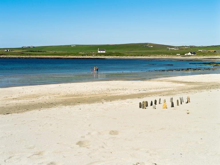 Bay of Skaill SANDWICK ORKNEY Standing stones children on sandy beach scotland. E64AXT