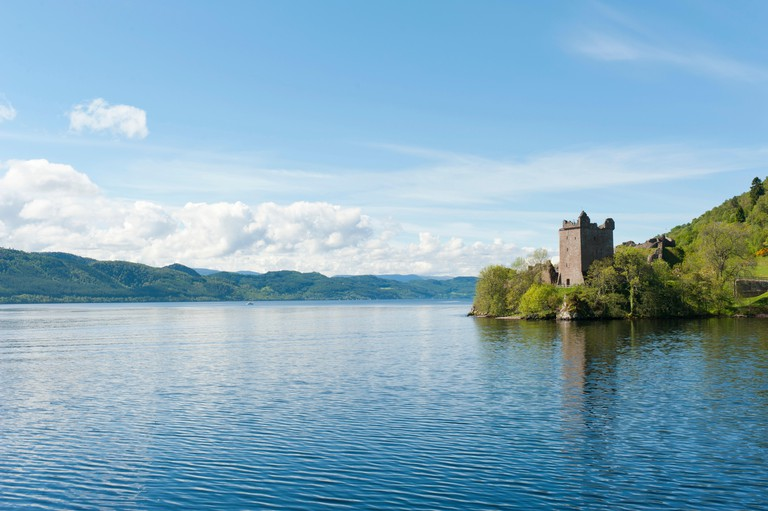 Tower of the ruins of Urquhart Castle on the banks of Loch Ness, near Drumnadrochit, Scottish Highlands, Scotland -E7AGGA