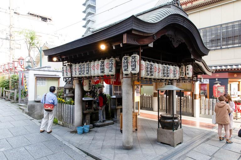 P1AERY The Main Building of the Hozenji Shinto Shire in the Centre of Osaka, Japan.